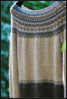 "This is GORGEOUS! Ravelry: enugu's Oatmeal, Cacao & Graphite~122-41 Knitted jumper with short raglan sleeves and Norwegian pattern in ""Alpaca"""