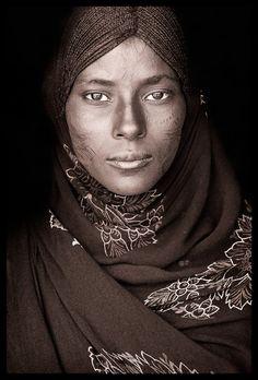 Afar woman Los Afar llevan una vida dura. Su habitat es uno de los más duros del laneta. El punto más caluroso de la tierra; el abrasador Desierto del Danakil. ETIOPIA