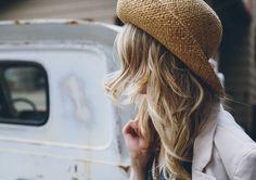Style incontournable : les cheveux ondulés ne sont pas réservés à l'été! Transformez-les en coiffure #automnale en les coiffant d'un joli chapeau et d'un manteau qui a du style.