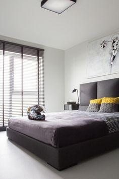 Schlafzimmer Polsterbett-grau Bettwäsche-modern gelbe kissen-Jalousien