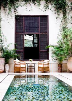 Patio de estilo marroquí con piscina de fondo de baldosas