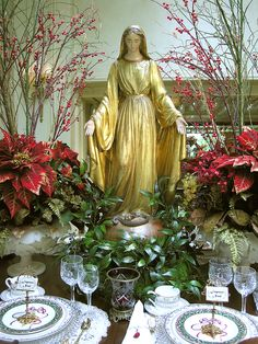 Christmas Table Setting Inspiration with Madonna statue #antique