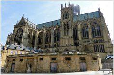 Surnommée la lanterne du Bon Dieu, en raison du grand nombre de vitraux, la cathédrale Saint-Etienne de Metz dispose de 6 500 m2 de surface vitrée. Un record en France! La cathédrale surprend également par la hauteur de l'élévation de la nef principale, trois fois plus haute que les nefs latérales.