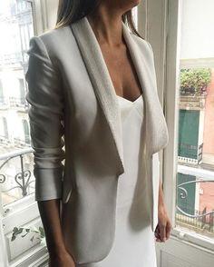 Preparadas para recibiros hoy en @elpatiodelasbodas con nuestra nueva colección @whitealice_by_aliciarueda que os va a sorprender por lo versátil de las piezas que se pueden mezclar entre sí #aliciarueda #whitealice #newcollection #brideornot #preboda #noviadiferente #otalvezunevento