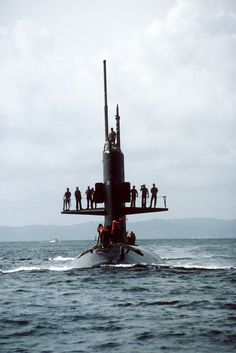 USS_Scamp_(SSN-588)_bow_on_view.jpg