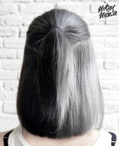 One side is a gray hair color and the other side is a black hair color. One side is a gray hair color and the other side is a black hair color. Cute Hair Colors, Hair Dye Colors, Cool Hair Color, Red Brown Hair, Hair Color For Black Hair, Gray Hair, Black And Grey Hair, Pelo Color Gris, Split Dyed Hair