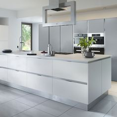Bright White and Grey Handleless Kitchen Light grey and white modern kitchen with island White Contemporary Kitchen, Modern Grey Kitchen, Light Grey Kitchens, Grey Kitchen Designs, Kitchen Room Design, Luxury Kitchen Design, Home Decor Kitchen, Kitchen Interior, Kitchen Cabinets Grey And White