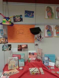 Kijktafel thema feest. Spullen: verschillende feestkaarten, geslaagdhoed, verjaardagshoed, boeken over het thema (suikerfeest, kerst, jarig zijn), champagneglaasjes, een schaapje (offerfeest), een draakje (Chinees nieuwjaar), ingepakte cadeautjes, een CD met Sinterklaasliedjes, een geboortekaartje, een foto van een pasgeboren baby, beschuit met muisjes, babyknuffel, kerstballen.