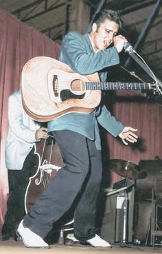 A George Vreeland Hill post. Elvis Presley Live, Elvis Presley Photos, Rock And Roll Songs, Rock N Roll, Elvis Guitar, Elvis Memorabilia, Tupelo Mississippi, Young Elvis, Teddy Boys