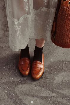 Loafers with socks and a sheer lacy skirt - I want! Lady Moriarty: She sells sea shells Loafers With Socks, Brown Loafers, Penny Loafers, Fashion Details, Look Fashion, Fashion Shoes, Womens Fashion, Girl Fashion, Habit Vintage