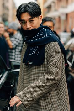 Check out all of the crossbody bags, puffer jackets, and swervy topcoats you can handle from the Fall/Winter 2018 shows in our exclusive street style gallery. Cool Street Fashion, Milan Fashion, Men's Fashion, Fashion Ideas, Fashion 2018, Fashion Styles, Winter Fashion, Fashion Tips, Revival Clothing