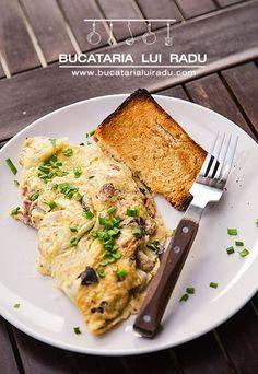 Omleta cu creier de porc si ciuperci de padure. #bucatarialuiradu Romanian Food, Romanian Recipes, 30 Minute Meals, Breakfast Ideas, Cooking, Pork, Kitchen, Morning Tea Ideas, Cuisine