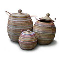 afrikanske kurve, kurv (kalles alibaba- kurv) til skittentøy, leker i stua....