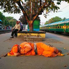 Resting at Local station's platform.  #incredibleindia  #ig_india #lonelyplanetindia  #storiesofindia  #inspiredtraveller  #potd #streetphotogdaphyindia  #india  #natgeo  #igramming_india  #indiaclicks  #indiatravelgram  #indianphotography  #everydayindia  #worldbestgram  #instagram  #instatravel  #india_gram  #reportagespotlight  #creativemagazine  #streetphotography  #indianphotoproject  #kolkata  #bengal  #onlyinbengal  #_soi  #followme  #kolkatagram  #kolkata_igers  #cntgiveitashot
