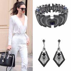 O Look preto e branco, combinado com acessórios de pedraria e geometria é…