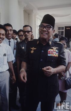 sukarno-1966-6862505df9d91fc7_large Military Police Army, The Proclaimers, Octopus Tattoo Design, Rare Images, Historical Pictures, Founding Fathers, World History, Celebrity Photos, Old Photos