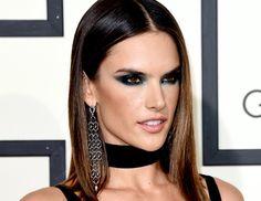 Makeup artist dá dicas de como aplicar o produto para criar um look ousado e cool.