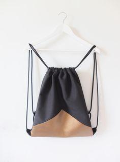 Loving this design Diy Backpack, Diy Tote Bag, Drawstring Bag Diy, Diy Accessoires, Fabric Bags, Love Sewing, Handmade Bags, Leather Craft, Etsy