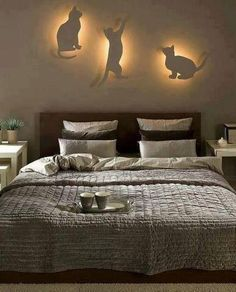 Appliques silhouettes chats... Idée à reprendre avec une plaque de MDF, une scie à chantourner et de la peinture!