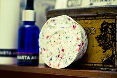 Este champú sólido permite entre 80 y 100 lavados de cabello. Compuesto con aceites esenciales específicos para cabellos secos que aportarán hidratación, brillo y fuerza a tu pelo. Fácil de usar y ...