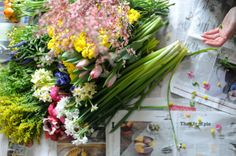 Add a little sunshine to your from with fresh flowers! Post  from frolic   DunnDIY.com   #inspiration