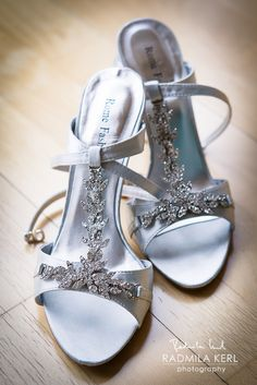 nice silver colored wedding shoes with silver flowers by © radmila kerl wedding photography munich schöne silberfarbene Hochzeitsschuhe