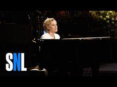 VIDEO: El emotivo homenaje a Leonard Cohen y Hillary Clinton en SNL - http://www.esnoticiaveracruz.com/video-el-emotivo-homenaje-a-leonard-cohen-y-hillary-clinton-en-snl/