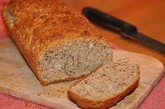 Dieses Brot (Kuchenbrot) ist schnell gemacht und eignet sich perfekt, um überreife Bananen zu verarbeiten. Zutaten: 2 reife Bananen 250 g Dinkelmehl 50 g Zucker 2 TL Backpulver 2 EL Kokosöl 25 g Ko…