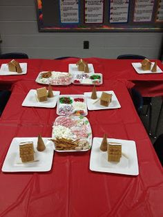 Room Moms Rock: Gingerbread House Class Party- also contains a link to a good video on how to cut and build enough houses for the entire class- how fun would this be? School Christmas Party, Christmas Party Games, Preschool Christmas, Christmas Mom, Xmas Party, Grinch Party, Christmas Carnival, Christmas Activities, Gingerbread House Parties