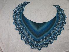 Das Tuch hat in etwa die Form einer Mondsichel, wodurch es sich schön um den Hals schmiegt.