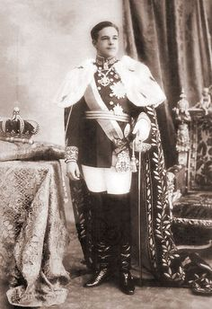 Manuel II - King of Portugal from 1908 to when the monarchy was abolished. He was married to Augusta Victoria of Hohenzollern-Sigmaringen, but had no children. He was last monarch of Portugal. Portuguese Royal Family, Portuguese Empire, History Of Portugal, Princesa Real, Royal Families Of Europe, Cultura General, Casa Real, One Republic, Ancient History