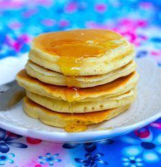 """Fluffiga amerikanska pannkakor som smakar himmelskt gott. Recept hittade jag på en amerikansk hemsida som beskriver dessa som """"the best pancakes ever""""! Jag håller med, de blev ljuvliga. Gjorde dock lite småförändringar i receptet. Jag minskade mängden socker och hade vanlig mjölk istället för buttermilk, blev hur bra som helst. 6 portioner 5 dl mjölk 2 st ägg 5 dl vetemjöl 4 tsk bakpulver 2 tsk vaniljsocker (kan bytas ut mot 3 msk socker) 1 liten nypa salt 4 msk smält smör Gör såhär: Sikta…"""