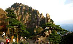 Die 5 stündige Wanderung vom Bergfuss bis zum Gipfel der Gelben Gebirge lohnt sich, unterwegs können die steile Wanderwege, bizarr formige Felsen und unerwarteten Wolkenmeer begegnen.