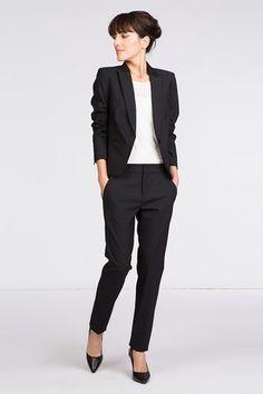 68e29f0070af Tailleur noir de Comptoir des Cotonniers   20 tenues élégantes pour un  mariage en hiver -