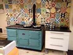 www.agakookhuisjantrus.nl De Aga van Amanda Taylor. Geweldig hoe die staat in haar keuken. Met die prachtige tegels  erboven.
