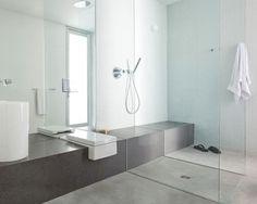 Cuarto de baño con todos los espacios integrados y ducha sin plato