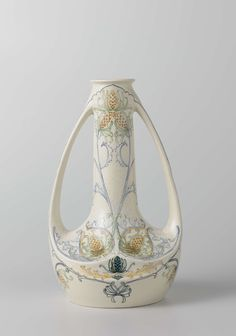 Vaas met oren van aardewerk, versierd met gestileerde bloemmotieven, Arnhemsche Fayencefabriek, c. 1910