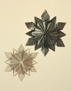These origami snowflakes make brilliant inexpensive Christmas ornaments – hang on Christmas trees, decorate on walls, windows, presents,. Diy Origami, Snowflake Origami, Origami Christmas Ornament, Origami Ornaments, Origami And Kirigami, Paper Crafts Origami, Useful Origami, Origami Stars, Origami Tutorial