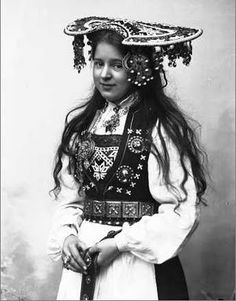 late century photo of Norwegian bride in traditional ensemble. She looks MUCH too young to be a bride! Traditional Fashion, Traditional Dresses, Folklore, Beautiful Bride, Beautiful People, Bridal Crown, Folk Costume, People Of The World, Vintage Beauty