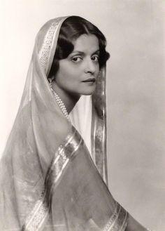 Принцесса Индии Махарани Индира Деви Бороде, после замужества Индира Махарани Куч Бехар (1892-1968). Cупруга махараджи Джитендру Нараяна. Была регентом Куч Бехар.