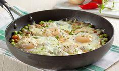 Em uma frigideira grande, aqueça o óleo e frite o bacon. Junte a cebola, o tomate e refogue até a cebola murchar e o tomate começar a desmanchar. Adicione as ervilhas, tempere com o sal e a pimenta…