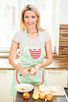 Stále ještě vás neomrzela výroba nových dezertů? Pak určitě vyzkoušejte dnešní recept na nepečený jablečný dort se sušenkami a mascarpone. Zvládnou ho i začátečníci!