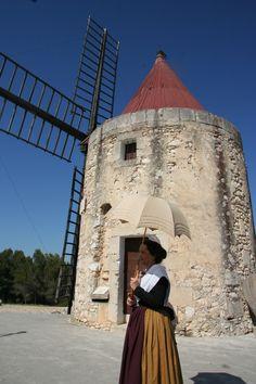 Provençale en costume traditionnel devant le moulin de Daudet Ⓒ Thomas Bekker / Provence Pays d'Arles. §