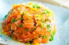 Ingredientes 500g de salmão limpo (peça para sashimi) 1 colher (sopa) de gengibre ralado e espremido 3 colheres (sopa) de cebolinha picada bem fininha 3 colheres (sopa) de azeite de oliva extra virgem ½ colher (café) de sal — ½Saiba Mais +