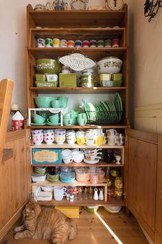 ファイヤーキング、オールドパイレックスの食器コレクション。奥行きの浅い棚が重宝。 Kitchen Items, Kitchen Dining, Vintage Decor, Retro Vintage, Vintage Kitchen Accessories, Vintage Dishes, Antique Shops, Pyrex, Milk Glass