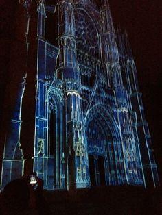 Cathédrale de Beauvais, 2012 | Beauvais, la Cathédrale Infinie » : De juin à septembre et en décembre, à la nuit tombée, le parvis de la cathédrale s'illumine avec un spectacle qui rend est un hommage au destin exceptionnel de la plus haute cathédrale du monde et de son histoire inachevée.  | © Oise Tourisme | #oise  #événement #tourisme #beauvais #cathédrale | www.oisetourisme.com