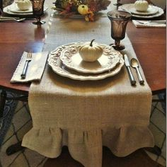 Make your own ruffled burlap table runner! - So versatile.my burlap table runner stays on my dining room table all during the fall and winter… Burlap Projects, Burlap Crafts, Fall Projects, Diy Crafts, Table Runner Tutorial, Burlap Table Runners, Burlap Tablecloth, Do It Yourself Home, Decoration Table