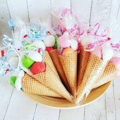 Hoe toepasselijk met dit mooie weer... snoepijsjes trakteren. Omdat je van de kinderopvang naar groep 1 gaat. Heerlijke ijsjes gevuld met zacht snoep. #spek #spektraktatie #traktatie #trakteren #snoep #ijs #ijsjes #hetstroopsoldaatje #zomer #jarig #groep1 #school Kid Desserts, School Treats, Party Treats, Kids Meals, Party Time, Birthday Parties, Creations, Sweets, Candy
