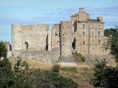 """Le château de Portes - Guide tourisme, vacances & week-end dans le Gard -Perché sur son col tel une sentinelle depuis le XIe siècle, le château de Portes protégeait les pèlerins qui sillonnaient la voie Régordane pour se rendre à Saint-Gilles. Surnommé le """"vaisseau en Cévennes"""", en raison de son éperon en forme de proue de navire, la forteresse de Portes se compose d'un """"château vieux"""", à l'aspect féodal, et d'un """"château neuf"""", de style Renaissance. Outre la découverte de ces deux parties…"""
