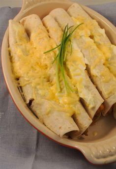 Pittige wraps || oven || kipfilet (in blokjes), wokgroenten, sweet chili saus, wraps, creme fraiche, geraspte kaas, kipkruiden of andere kruiden zoals paprikakruiden Wrap Recipes, Lunch Recipes, Healthy Recipes, Healthy Cooking, Cooking Recipes, Pizza Wraps, Lunch Wraps, Chili Sauce, Tacos And Burritos